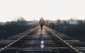sferya-alone-railroad assertività leadership